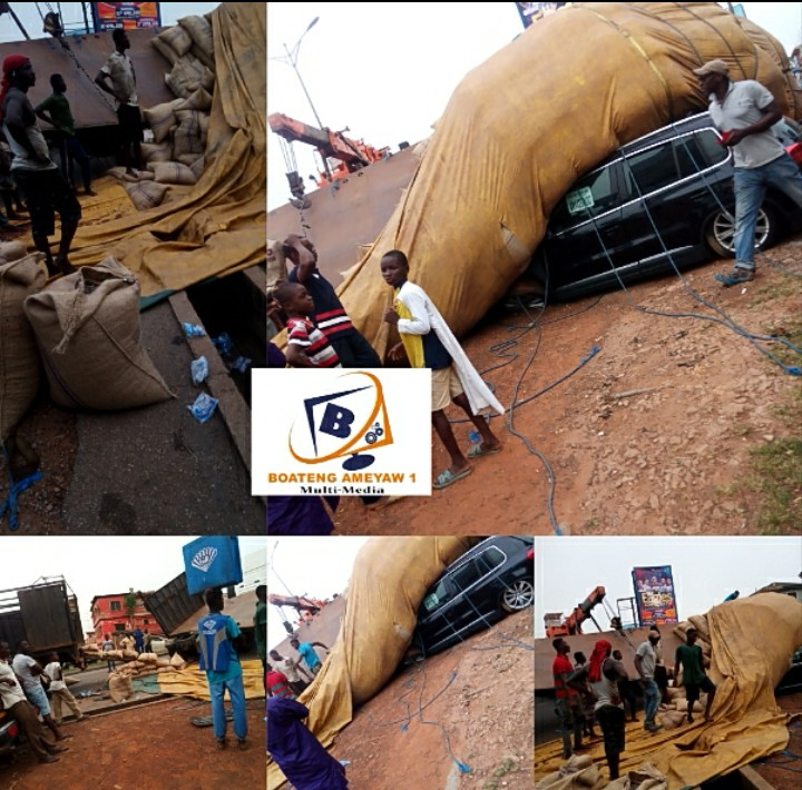Videos and Photos: A truck Of more than 300bags of Cocoa had a Terrible and Fatal Accident At Kumasi Aboabo